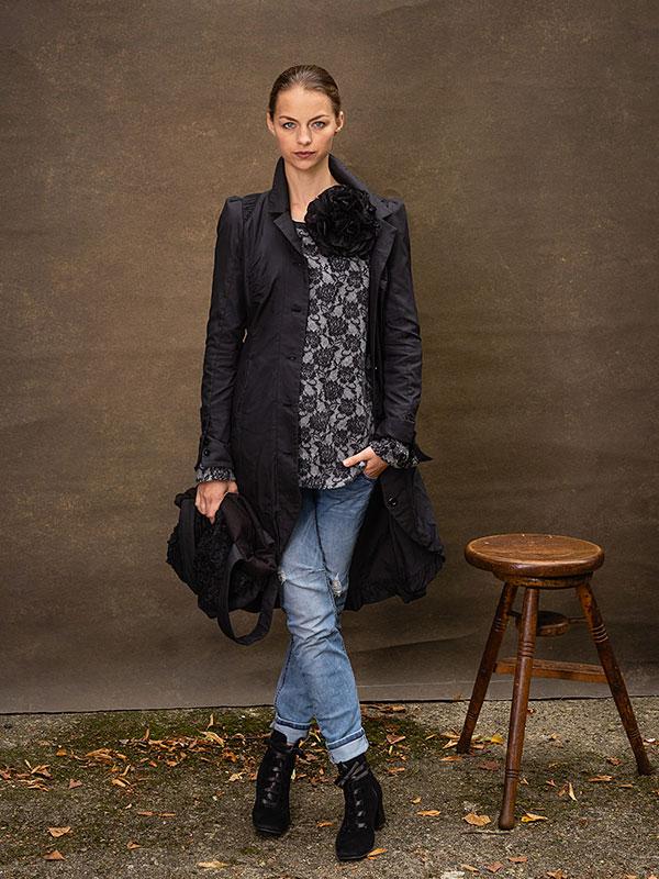 Jacke Hilda / long . Pullover Geraldine . Flower Noir . Tasche Flore
